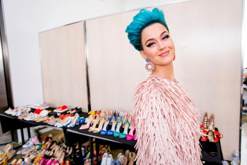Katy Perry 鞋牌上市,以希拉里命名新鞋子