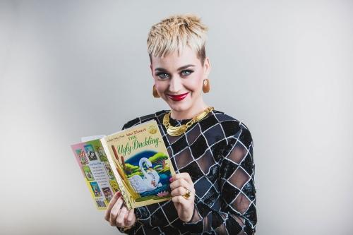 凯蒂佩芮展示她最喜欢的书,而且是为了公益