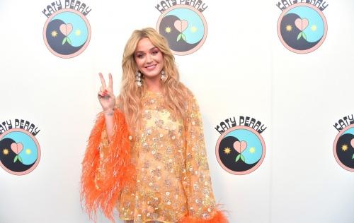 "Katy Perry接受电台电话连线采访,透露新歌""Harleys in Hawaii""创作灵感"