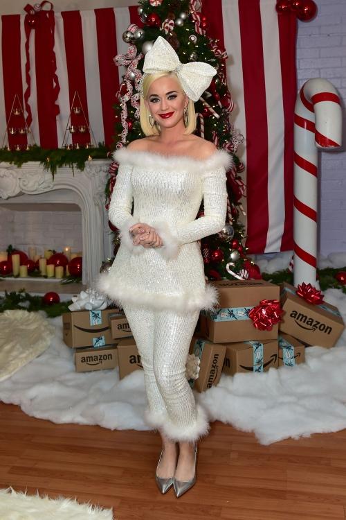 水果姐 Katy Perry 讲述她的圣诞假期计划 以及如何当好后妈和姨妈