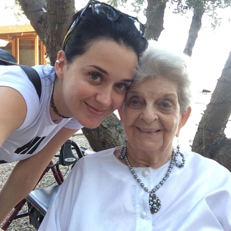 Katy Perry的奶奶今天过世,水果姐发文悼念