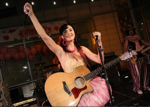 Katy Perry所夸耀的专辑未能发行时,她成了朋友们的笑柄