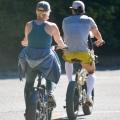 Katy Perry 和 Orlando Bloom 在圣巴巴拉带着女儿骑自行车 - 2021年4月29日