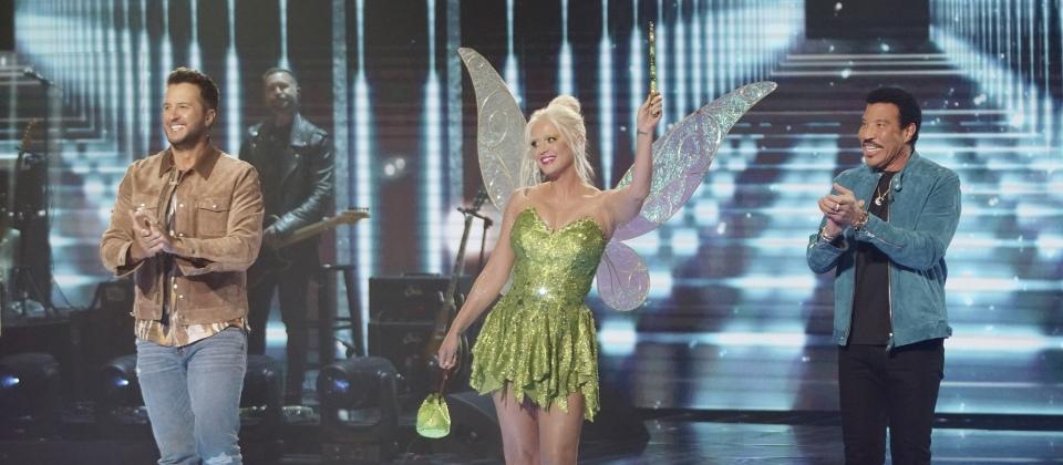 凯蒂·佩芮为《美国偶像》迪士尼之夜打扮成小叮当