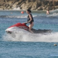 Katy Perry 和 Rihanna 在巴巴多斯海滩玩耍