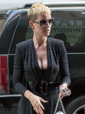 Katy Perry身穿黑色亮片衣出席在帝国大厦外 - 2017年5月19日街拍
