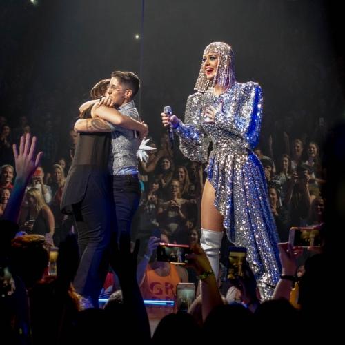 Katy Perry 在演唱会上帮助同性情侣求婚