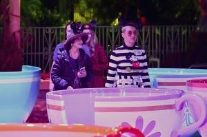 Katy Perry和家人与朋友在迪士尼乐园游玩