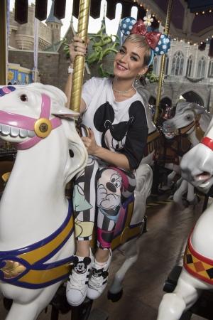 巨星Katy Perry和演员Matthew McConaughey在华特迪士尼世界欢度假期