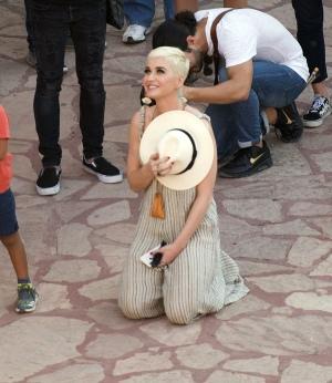 Katy Perry 游览某宗教主题公园