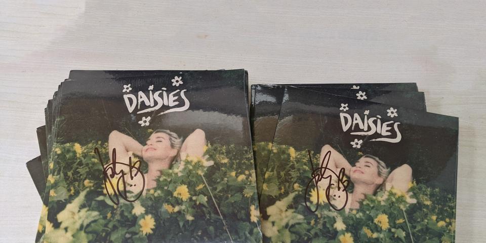 """【限量抢购】Katy Perry 亲笔签名""""Daisies""""黑胶"""
