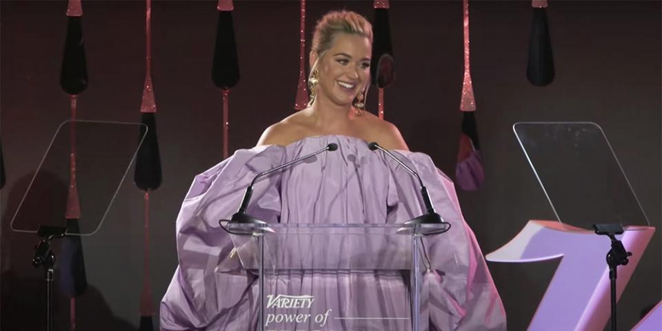 """凯蒂·佩芮在综艺""""女性力量""""晚会上潸然泪下,感谢奥兰多·布鲁姆"""